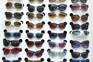 眼镜店里放太阳镜的货架